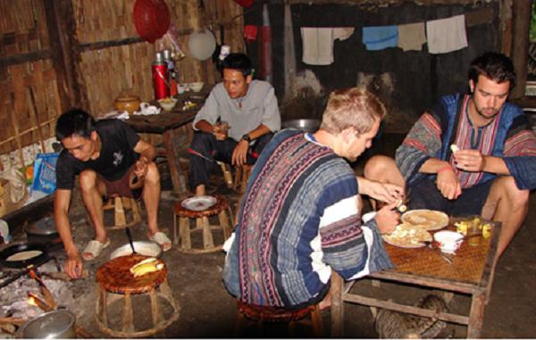 Thưởng thức rượu ngô và ăn đặc sản Hà Giang.