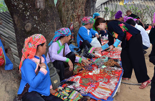 Chợ tình còn là nơi buôn bán các mặt hàng đặc trưng của người dân tộc