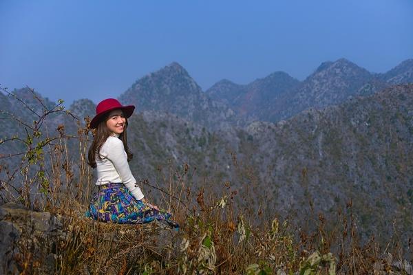 Những vách núi đá của cao ngyên tưởng chừng như khô khan nhưng cũng rất nên thơ