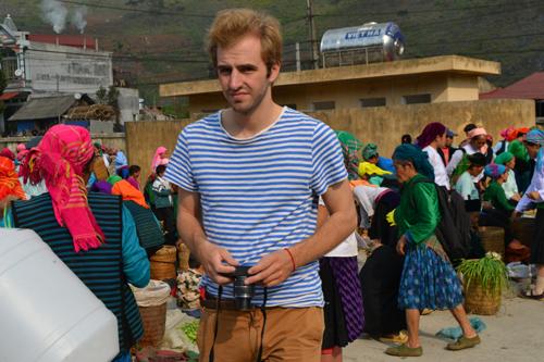 Du khách thích thú dạo chơi và chụp hình tại chợ phiên Mèo Vạc.