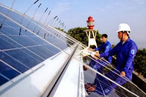 Do trên đảo chưa có điện lưới quốc gia, Trạm phải dùng năng lượng mặt trời để vận hành hệ thống đèn – Ảnh: Baoquangninh.