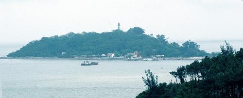 Ngọn hải đăng thấp thoáng từ xa