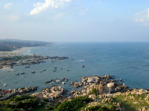 Bờ biển quê hương nhìn từ hải đăng Kê Gà