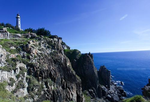 Ngọn Hải Đăng được đặt ở trên ghềnh đá cao nhìn ra biển xanh