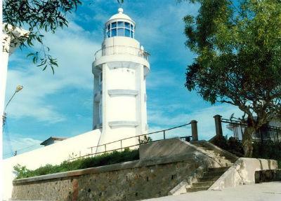 Kiến trúc ngọn hải đăng là một tháp hình trụ cao 18 m, đường kính 3m và được sơn màu trắng.