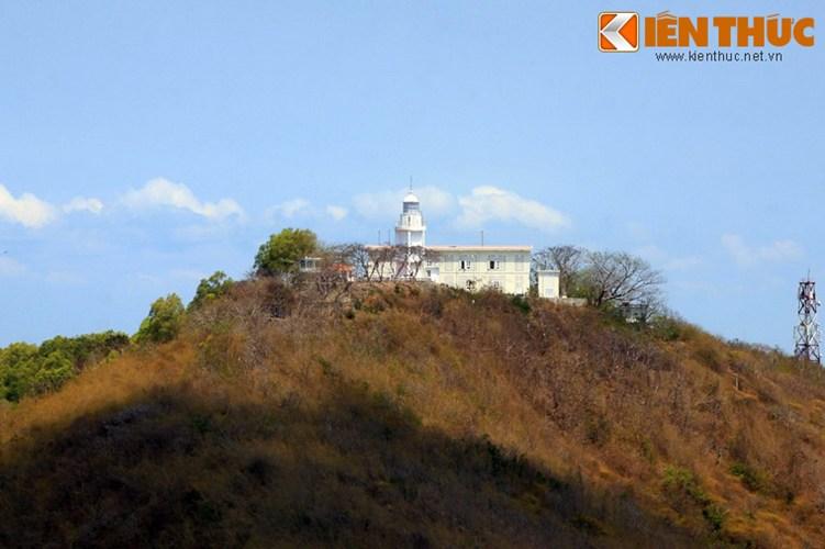 Tọa lạc trên đỉnh núi Nhỏ, hải đăng được người Pháp xây dựng vào năm 1862