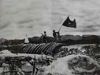Cờ đỏ sao vàng tung bay chiến thắng trên nắp hầm giặc Pháp ở Điện Biên Phủ, ngày 7/5/1954