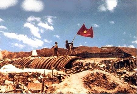 Ảnh tư liệu màu quý hiếm về Cờ đỏ sao vàng tung bay chiến thắng trên nắp hầm giặc Pháp ở Điện Biên Phủ, ngày 7/5/1954