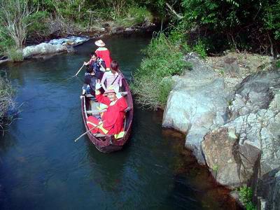 Đa số du khách đều muốn thưởng thức thú chèo thuyền nan xuôi dòng nước