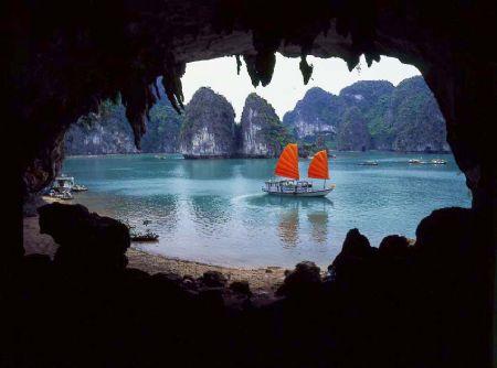 Vịnh Hạ Long nhìn từ cửa hang