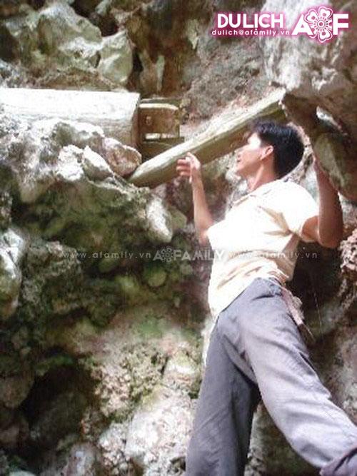 Một hang ma trên vách núi ven Sông Đà.