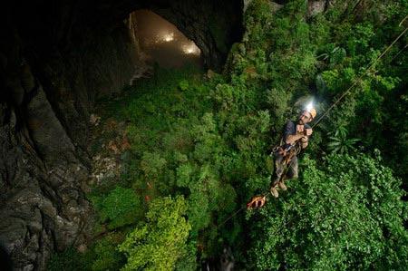 Những nhà thám hiểm đi xuống khám phá hang