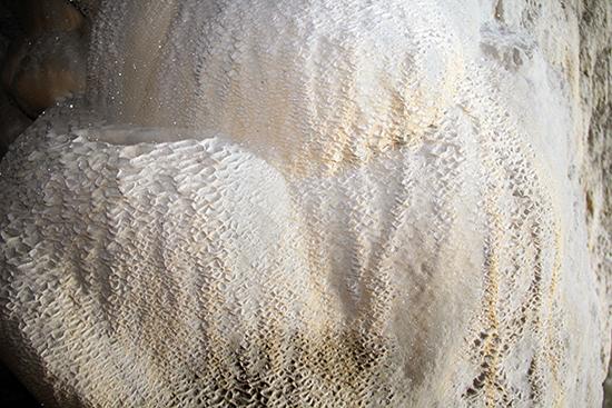 Phần cuối của động nhũ đá có nhiều vẩy canxit óng ánh