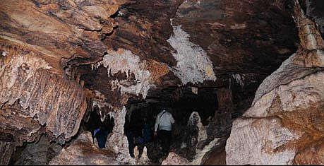 Bên trong hang