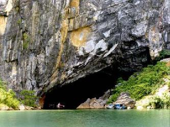 Cửa động rộng khoảng 20 mét, cao 10 mét, có nhũ đá lô nhô