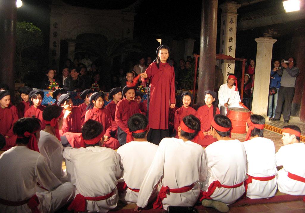 Biểu diễn hát xoan trong lễ hội cổ truyền – Phú Thọ