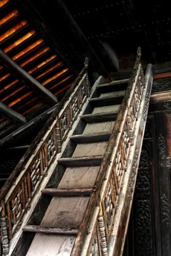 Chiếc cầu thang dẫn lên tầng một ví dụ rõ ràng cho sự cầu kỳ, tinh tế của công trình Hiển Lâm Các.
