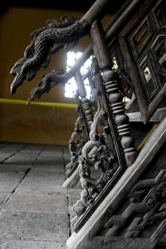 Đầu cầu thang có hình rồng.