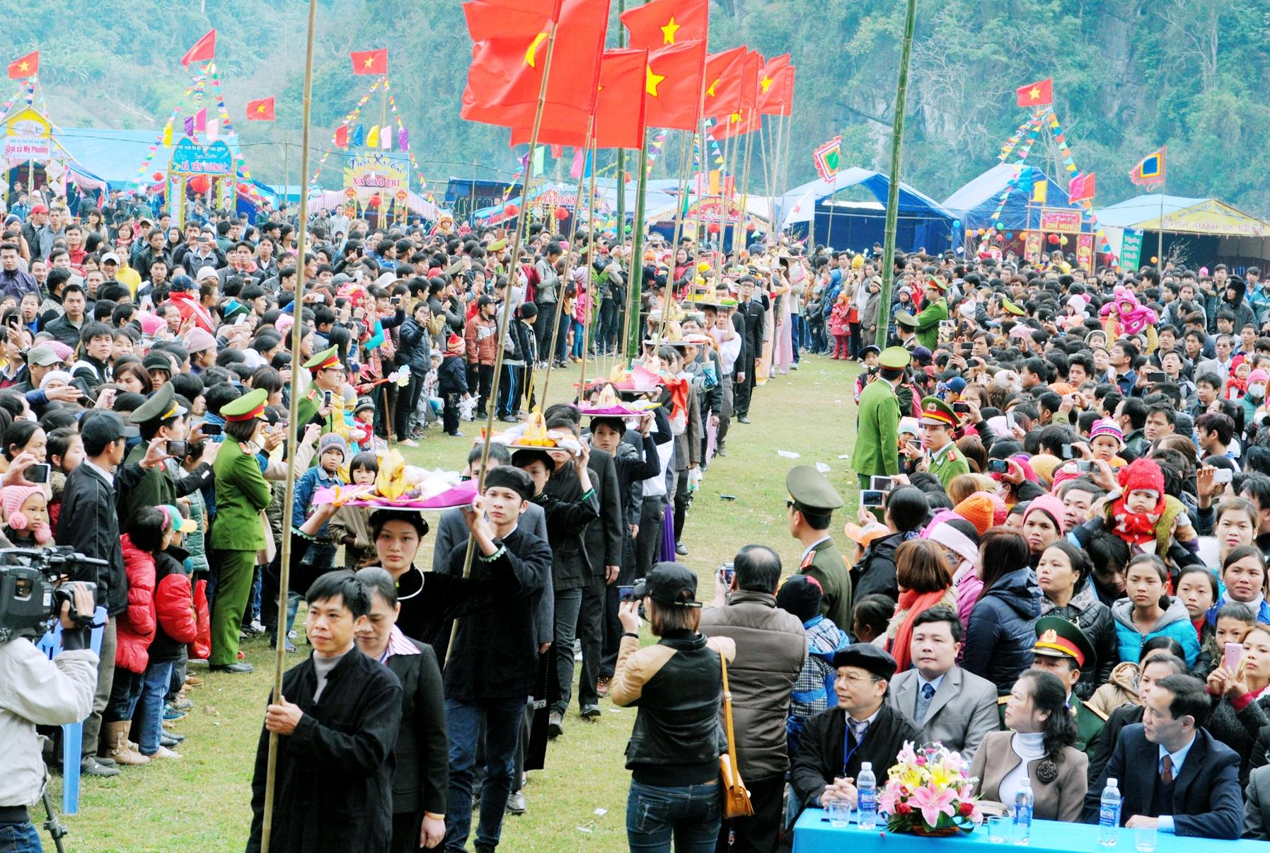 Hàng nghìn người về với lễ hội Ba Bể đầu xuân