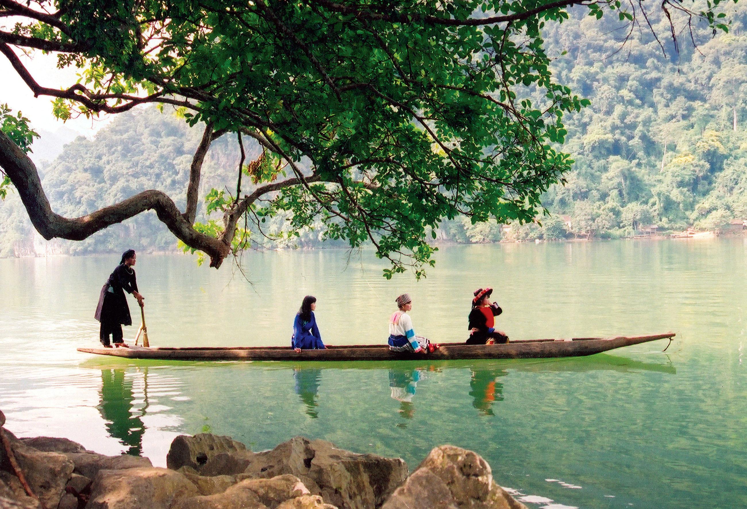 Du ngoạn thuyền trên hồ Ba Bể