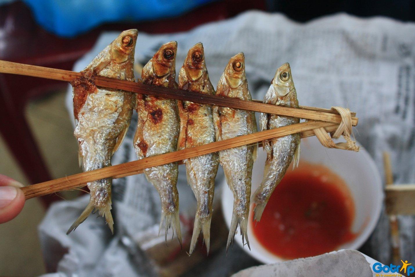 Thưởng thức món cá suối nướng ngay trên hồ