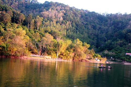 Bóng chiều tà có một không hai còn sót lại trên bản Đồng Mậm, hồ Cấm Sơn