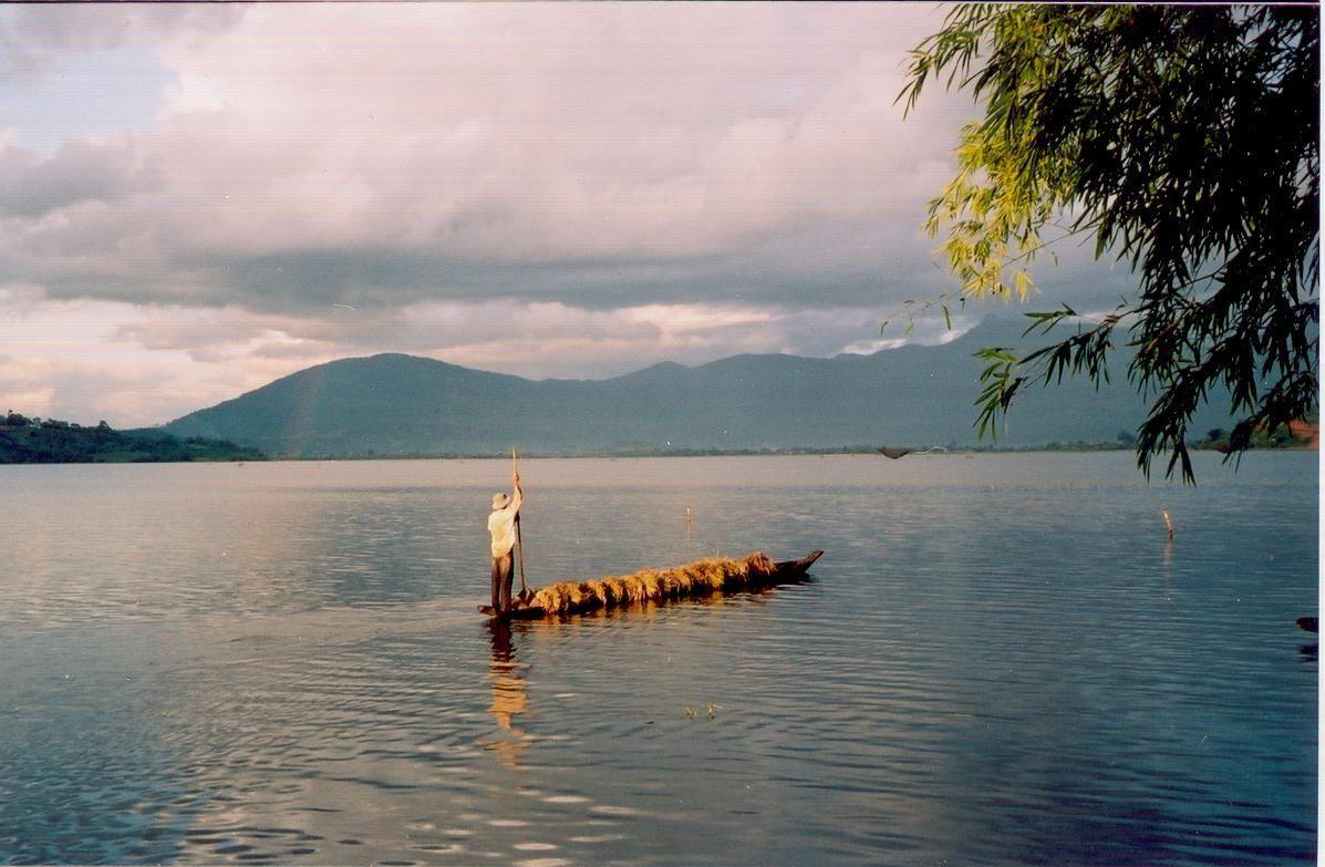 Một chiếc thuyền độc mộc trên hồ