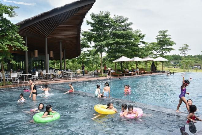 Bạn có thể tắm hồ hoặc tắm ngay tại bể bơi của resort