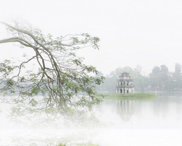 Tháp Rùa qua màn sương mờ