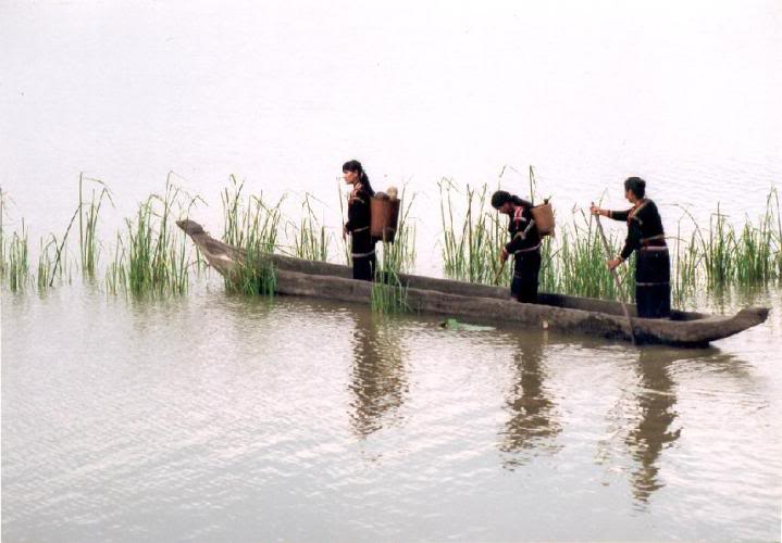 Thuyền độc mộc - phương tiện để người dân địa phương đi lại trên Hồ Lăk