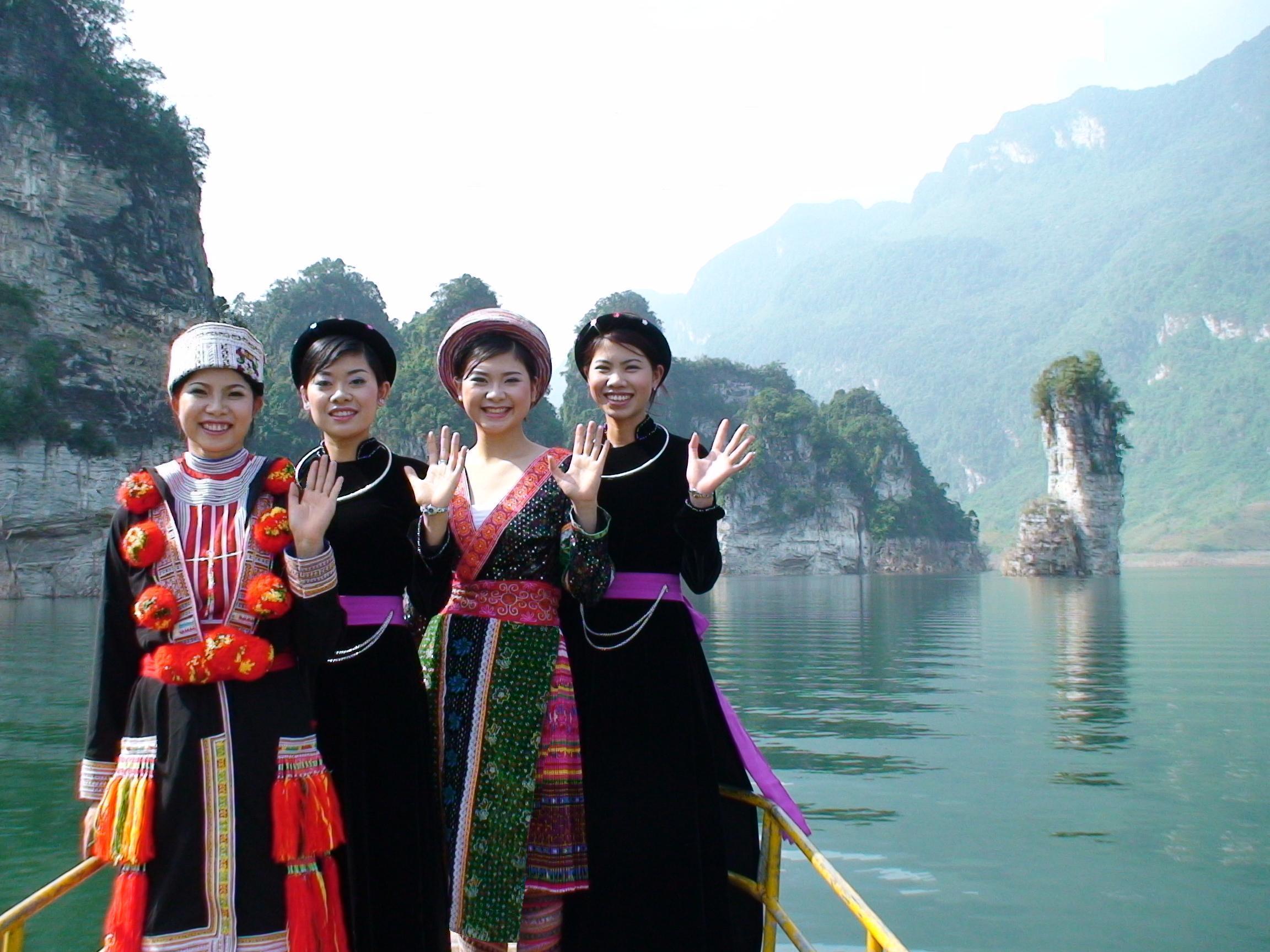 Các cô gái dân tộc trong mùa lễ hội