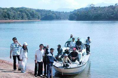 Du khách đến hồ Pa Khoang – Ảnh: nguồn dulichvn.org.vn