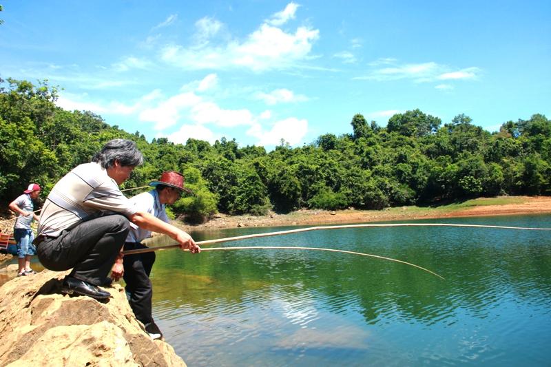 Du khách đi câu cá tại Hồ Phú Ninh