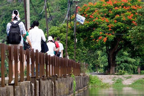 đi dạo quanh hồ Quan Sơn