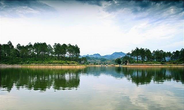 Khí hậu cao nguyên Châu Mộc dường như càng tạo nên vẻ huyền ảo, lung linh cho hồ và rừng thông bản Án
