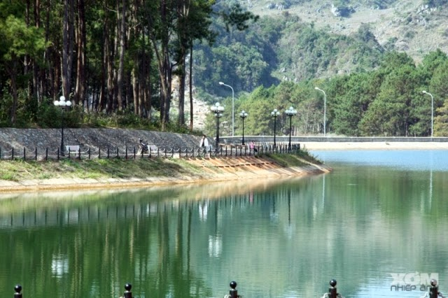 Một góc hồ rừng thông ở bản Áng