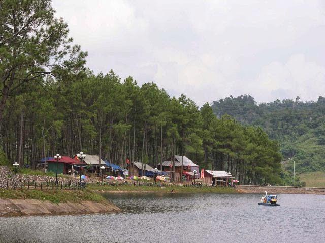 Du khách có thể thư thái đạp vịt trên hồ và ngắm nhìn thiên nhiên
