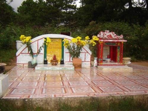 Ngôi mộ của người con gái ở Đồi thông Hai Mộ