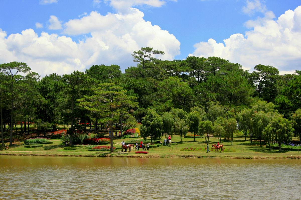 Khu vực đồi A với những trò chơi giải trí như cưỡi ngựa , cắm trại, vui chơi thiếu nhi trong khuôn viên hồ Than Thở