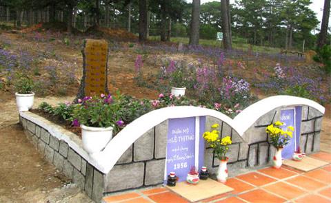Hai ngôi mộ nằm cạnh nhau như là sự nuối tiếc của người dân cho một mối tình đẹp