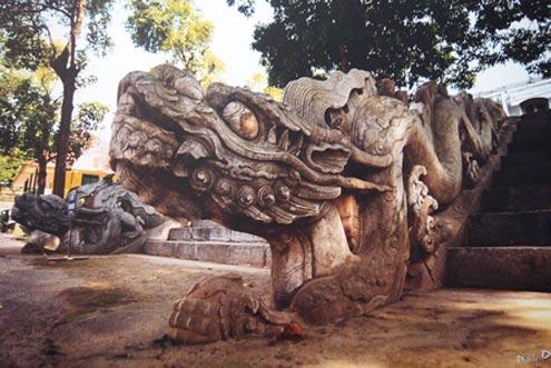 Rồng đá trên thiềm Điện Kính Thiên ngày nay.
