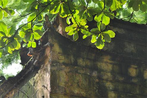 Cổng dẫn vào điện Kính Thiên được xây gạch với kiểu nóc mái chồng 2 lớp