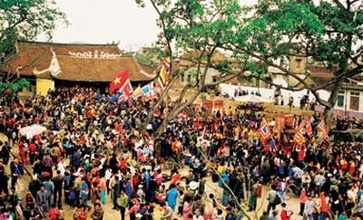 dân làng Thổ Hà có một tục lệ đặc biệt là nhà nào cũng mở cửa đón khách về dự hội vào ăn uống