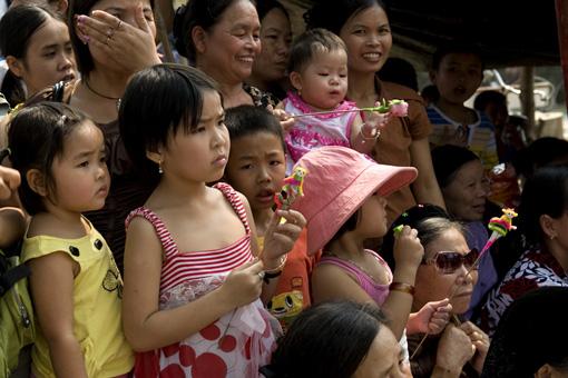 Trẻ em cũng rất háo hức tham gia lễ hội