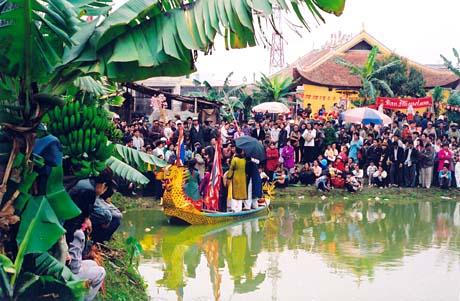 Hội thi hát diễn ra khoảng gần trưa, được tổ chức theo hình thức du thuyền hát quan họ