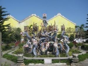 Tượng khắc hình Rồng tinh sảo bên ngoài sân vườn hội quán