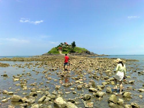 Những bãi đá nằm dải dác xung quanh đảo Hòn Bà