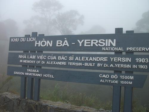 Tấm biển giới thiệu khu du lịch Hòn Bà (nơi làm việc của Alexandre Yersin)