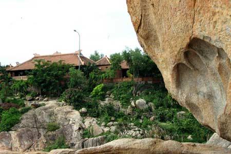 Dấu tay khổng lồ in trên đá trong truyền thuyết