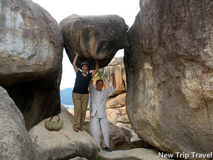 Những hòn đá chồng lên nhau tạo thành cổng đi đặc biệt ở Hòn Chồng